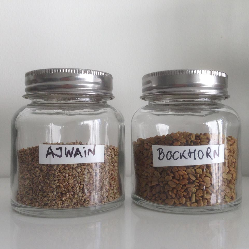 Ajwain och Bockhornsklöverfrön i en varsin glasburk
