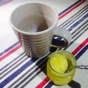 en mugg vatten och en glasskål med ghi