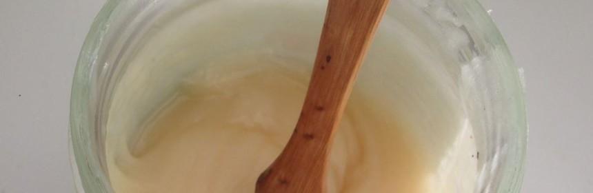Honung i glasburk med träsked
