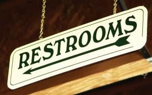 skylt med texten restroom