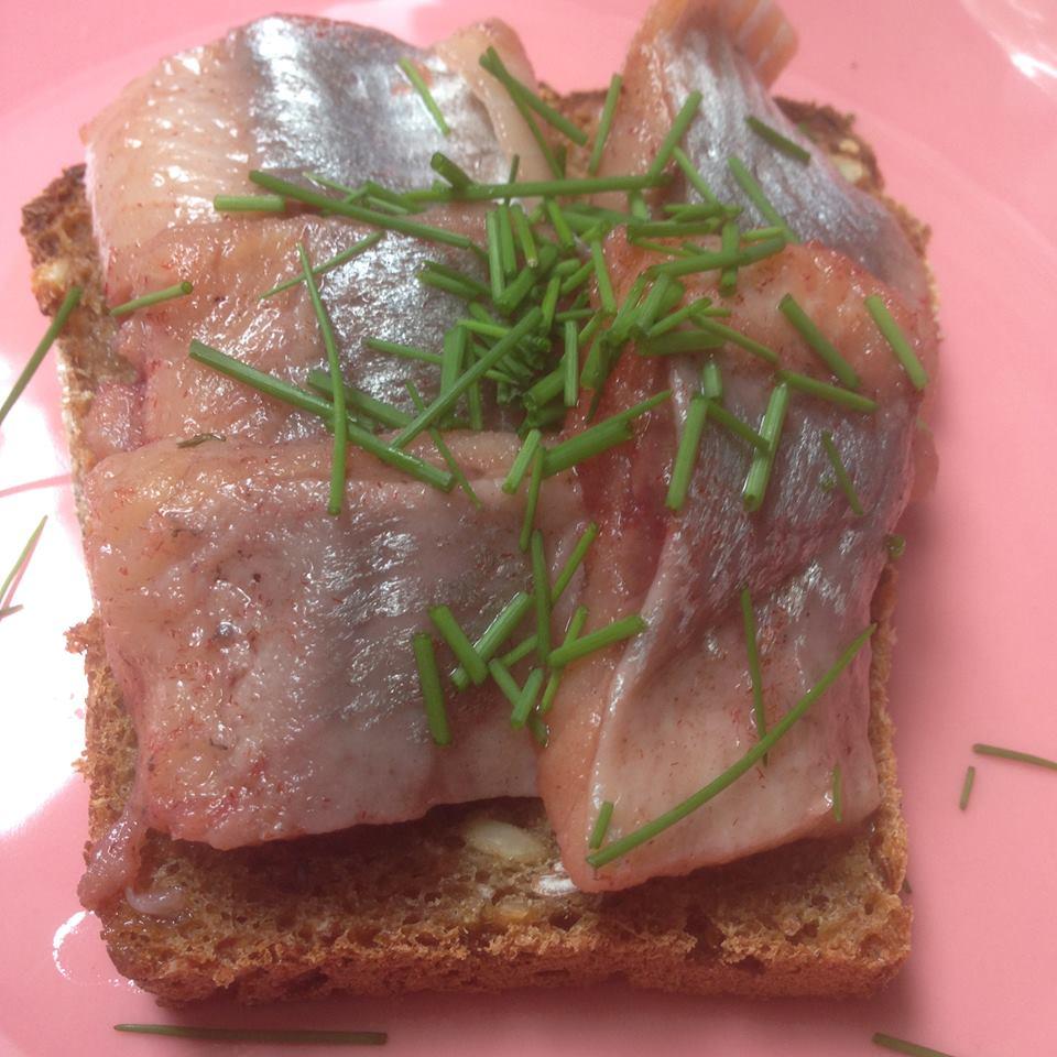 En smörgås med matjessill och gräslök