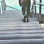 man som går uppför trappor