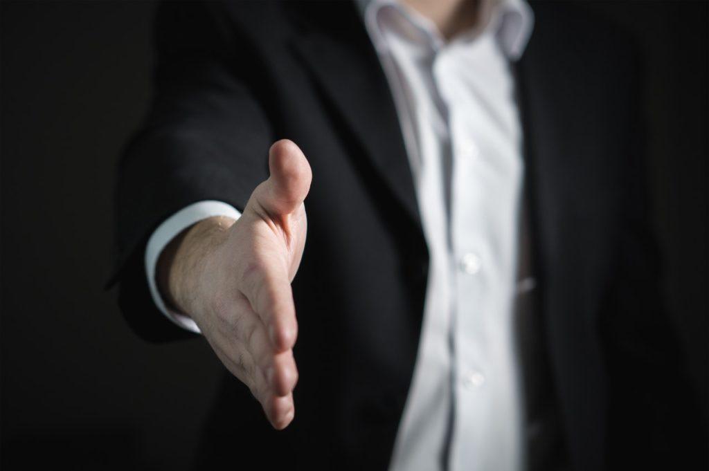 En framräckt hand för ett handslag